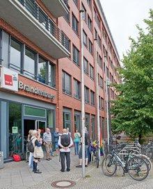 Hissen der Regenbogenfahne vor dem ver.di Landesbezirk Berlin-Brandenburg 2016