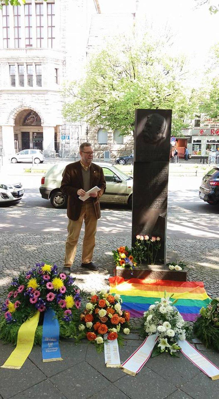 Gedenken an der Magnus Hirschfed Stele in Berllin Charlottenburg