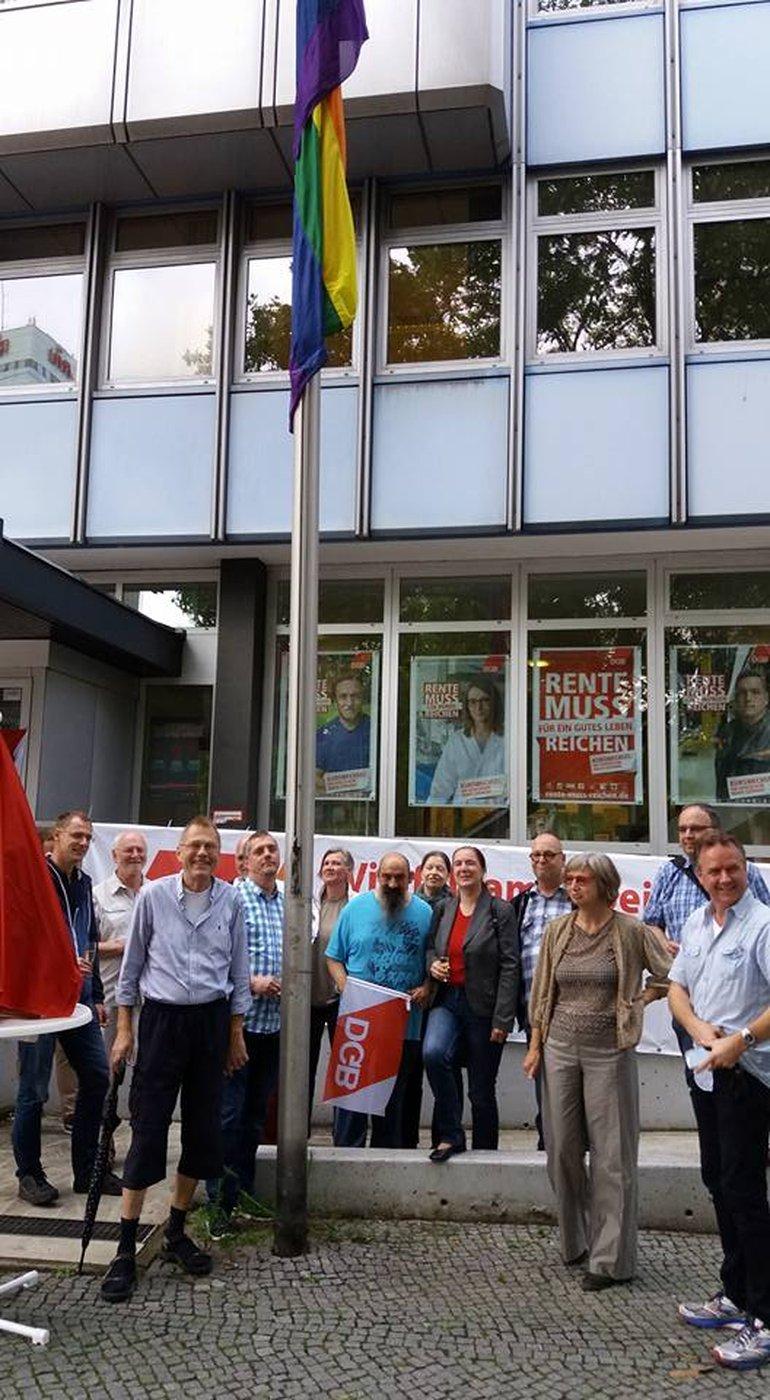 Hissen der Regenbogenfahne vor dem DGB Gewerkschaftshaus in Berlin