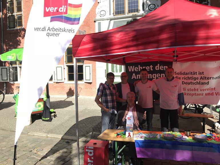 Infotisch des AK queer auf dem Queensday in Potsdam