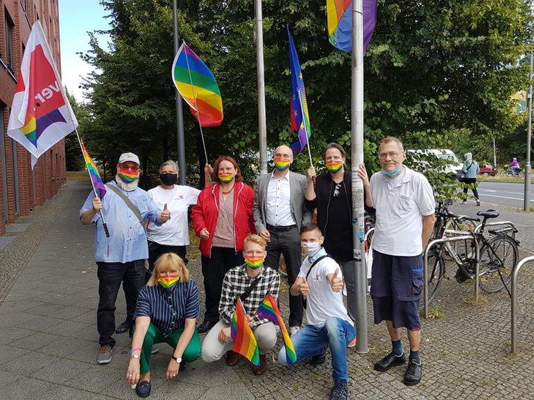 Hissen der Regenbogenfahne vor dem ver.di Landesbezirk Berlin/Brandenbugurg