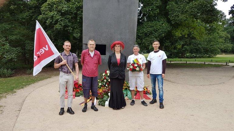 am 25. Juli 2020 wird das Sprecher_innen-Team des AK queer sich um 12:00 Uhr am Denkmal für die im Nationalsozialismus verfolgten Homosexuellen treffen, gemeinsam gedenken und dort ein Blumengesteck niederlegen.